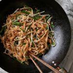 Pad thai med tofu, bønnespirer og peanuts