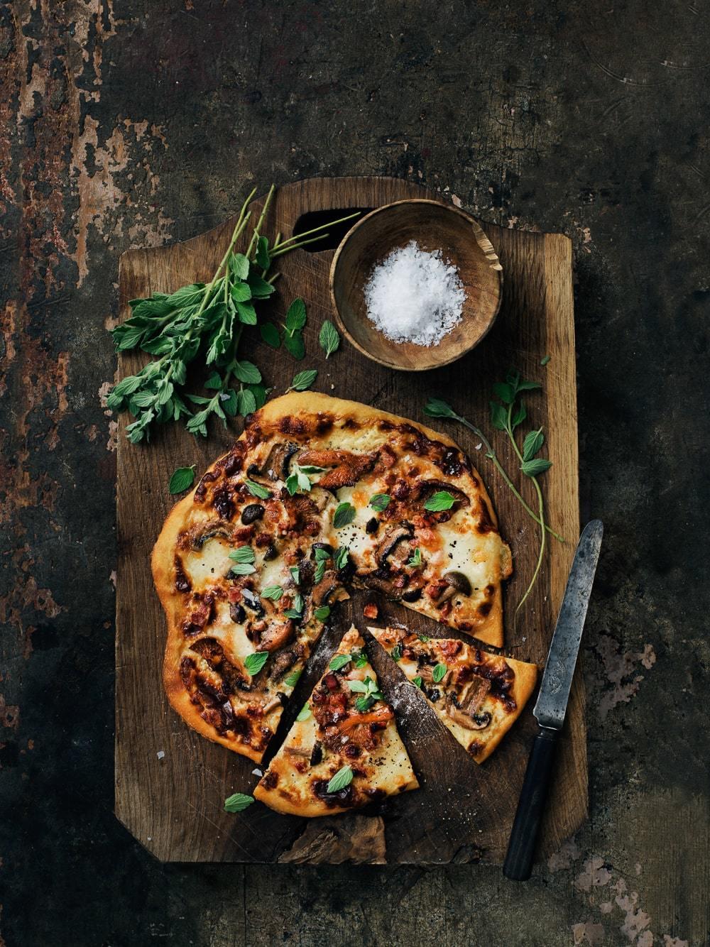 Pizza med svampe, ost og pancetta - den bedste efterårspizza