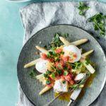 Asparges med hollandaise, pocherede æg og stenbiderrogn