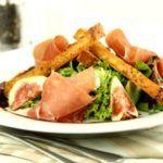 Salat med parmaskinke, sprøde brødstænger og balsamicoglace