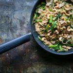 Stegte ægnudler med svinekød, broccoli og peberfrugt