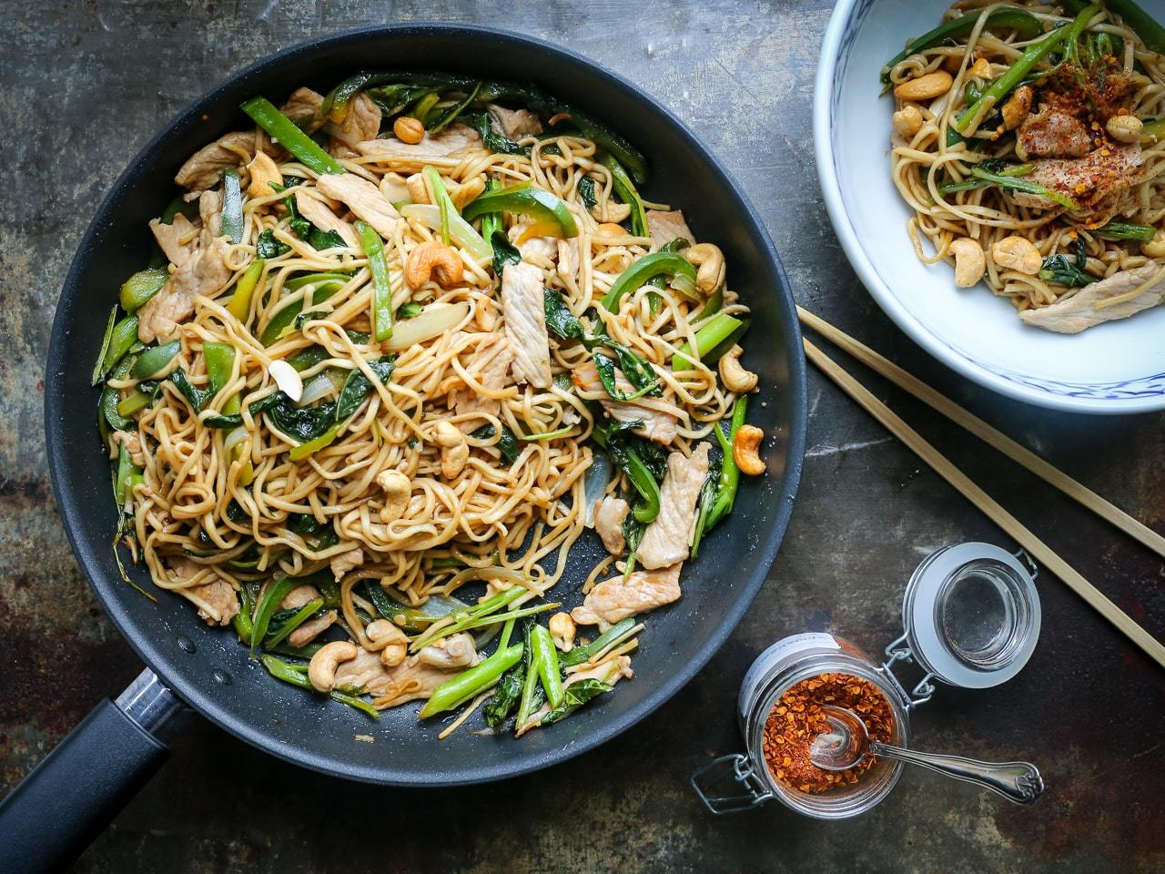 stegte nudler - hurtig asiatiske stegte ægnudler med broccoli, svinekød, peberfrugt og cashewnødder