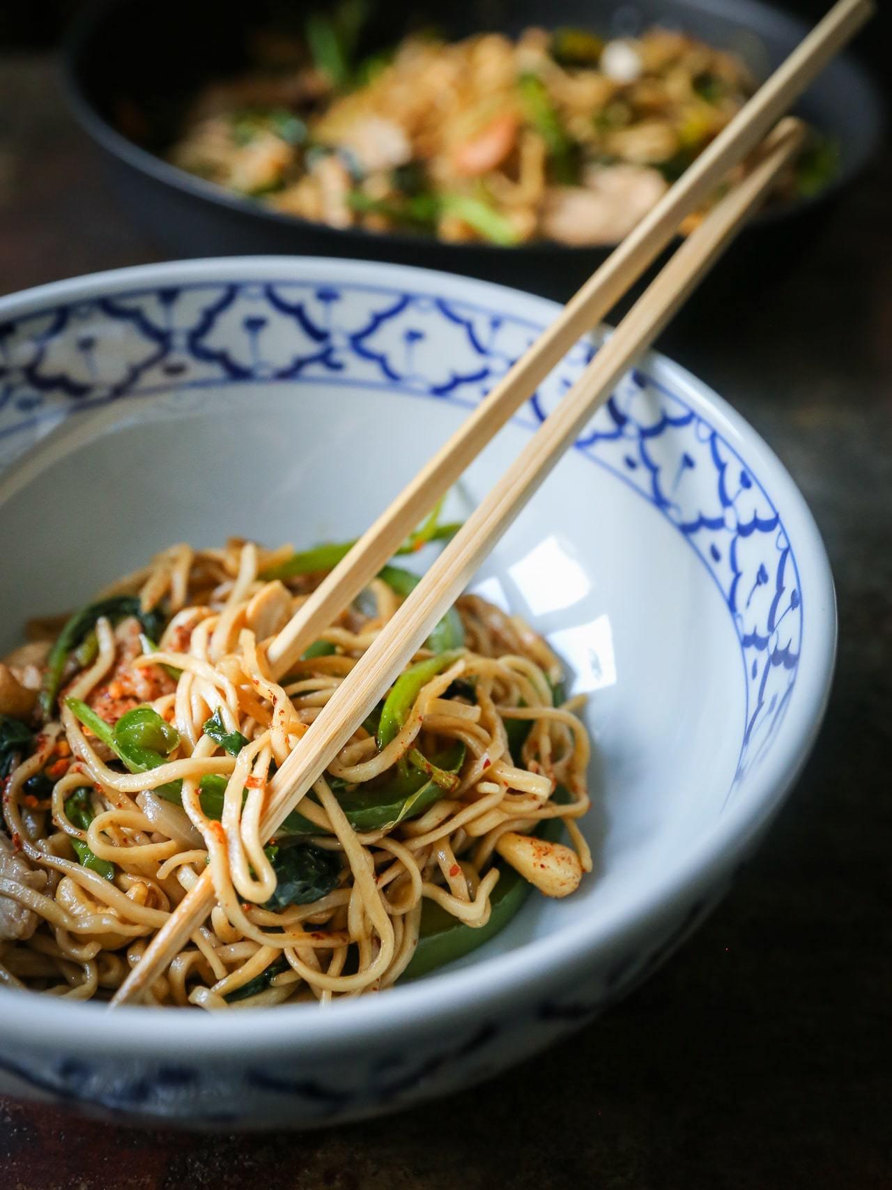 stegte nudler med svinekød, broccoli og peberfrugt - nem asiatisk mad