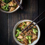 Thai kylling med broccoli og risnudler