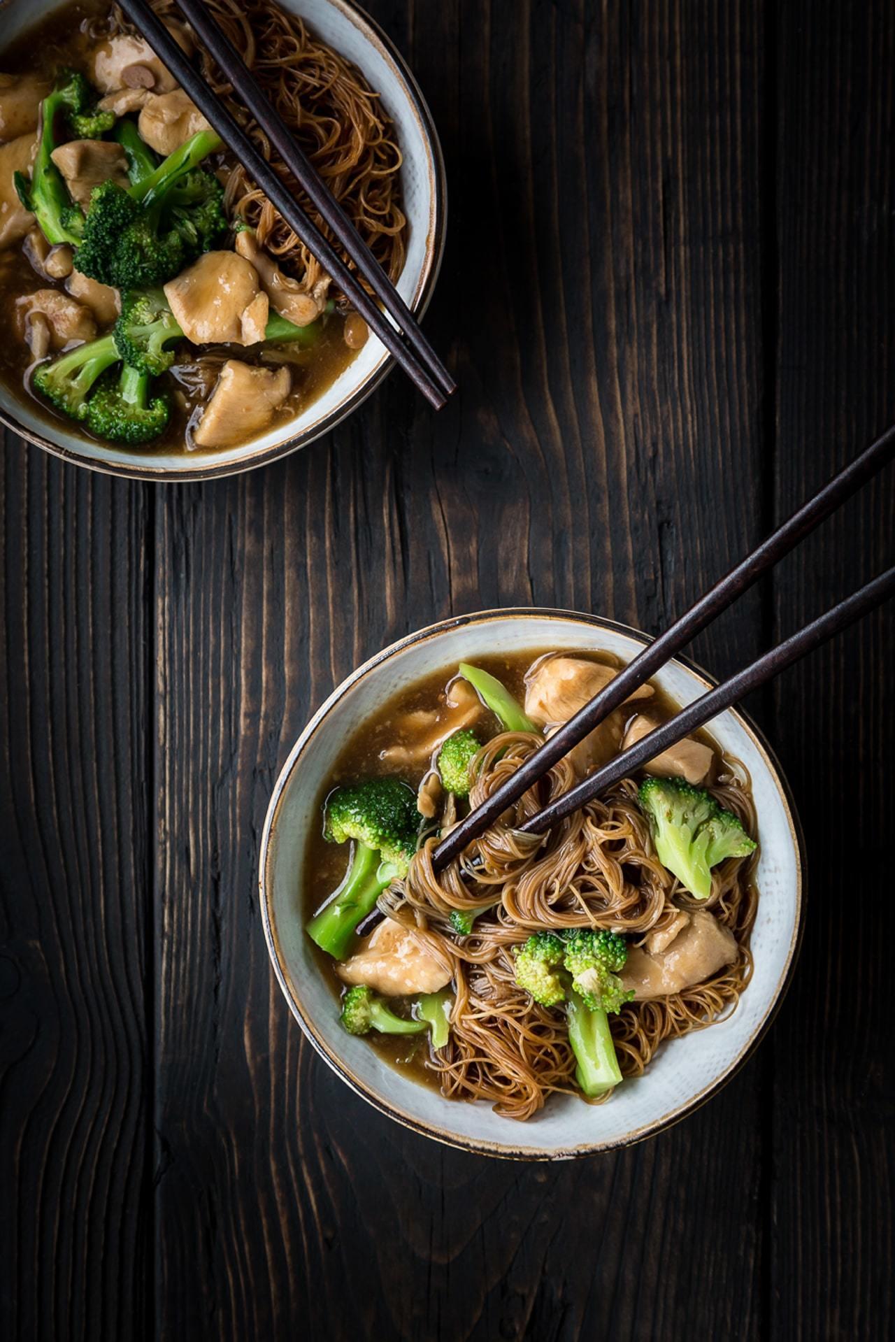thaikylling i sojabønnepasta med broccoli ohg nudler - pad rad na