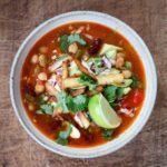 Tortillasuppe: Mexicansk suppe med sprøde tortillas, kylling, peberfrugt og bønner