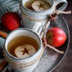 Varm cider med varme krydderier og rom