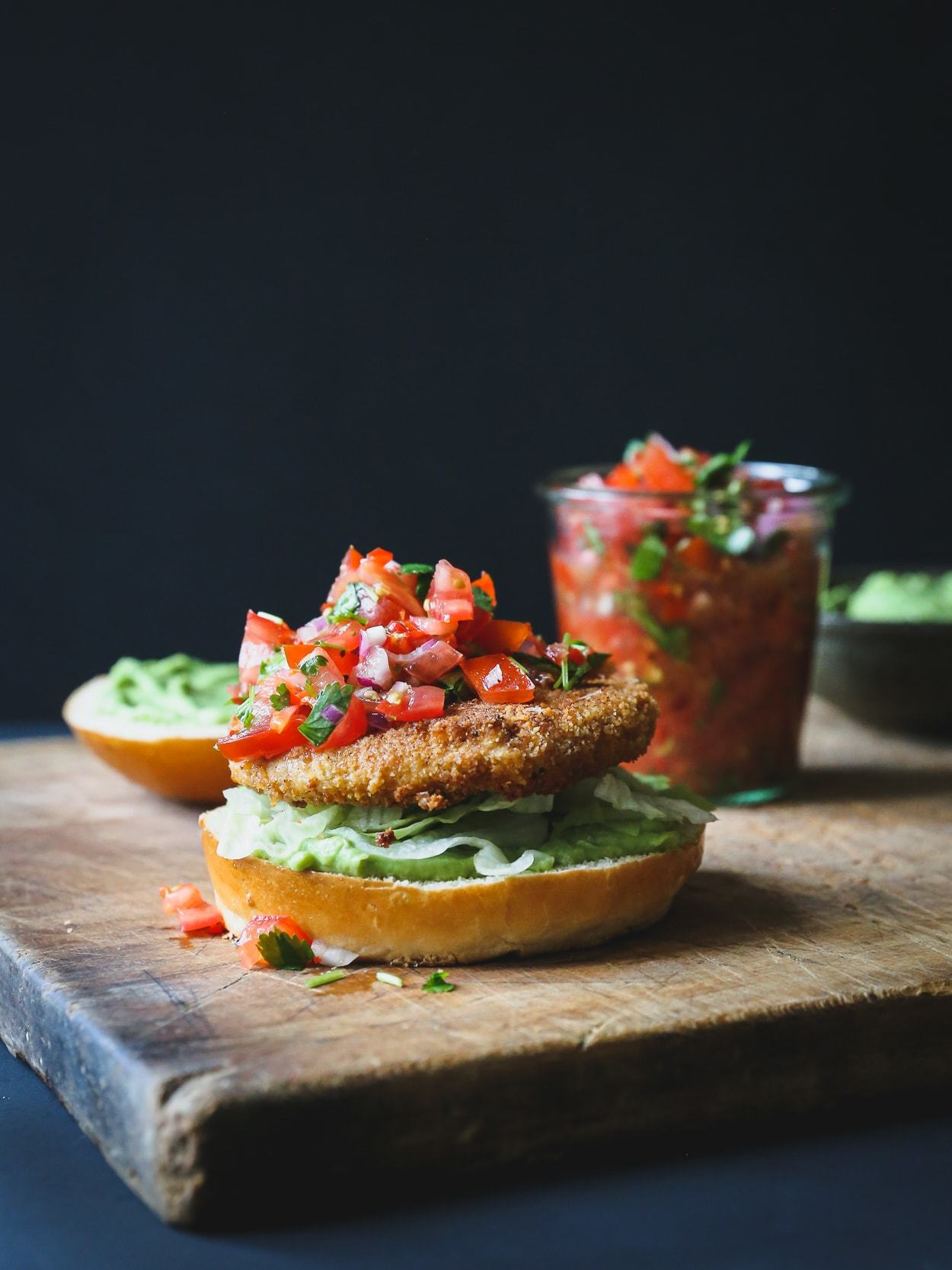 vegetarburger med guacamole og salsa