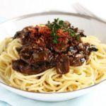Spaghetti med svampesauce og sprød, lufttørret skinke