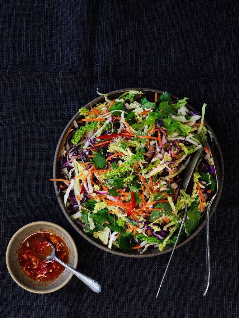 asiatisk kålsalat med urter og chili-limedressing