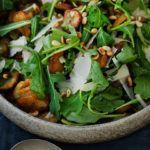 Bagte jordskokker med rucola, pinjekerner og pesto