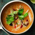 thaisuppe med kylling, chili og koriander