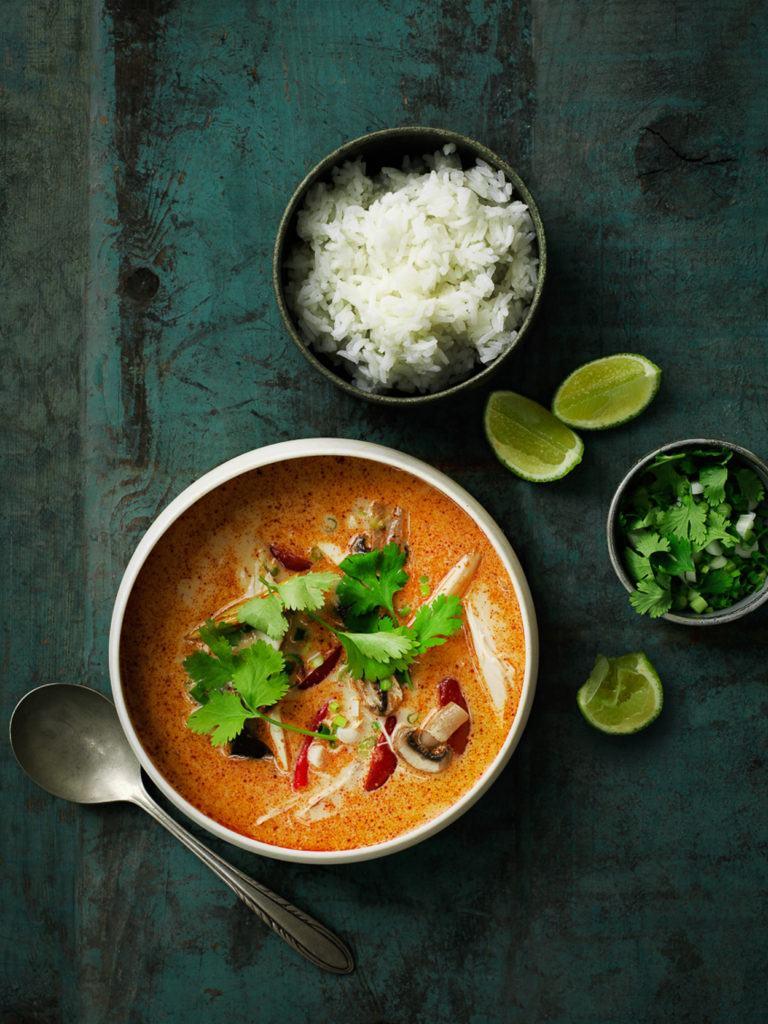 Thaisuppe med kylling, kokosmælk og citrongræs