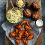 Hot wings med slaw og bagte kartofler