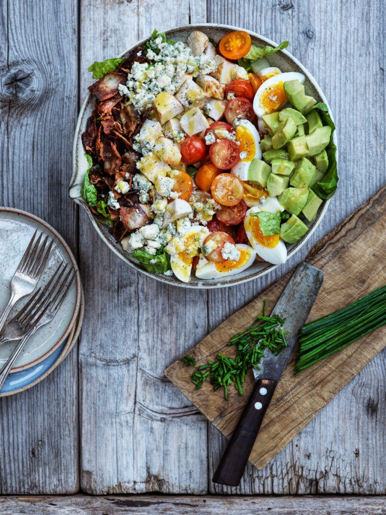 cobb salad med kylling, bacon og avocado